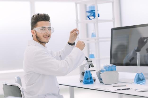 Detailopname. moderne wetenschapper onderzoekt het vloeibare blauw. wetenschap en gezondheid