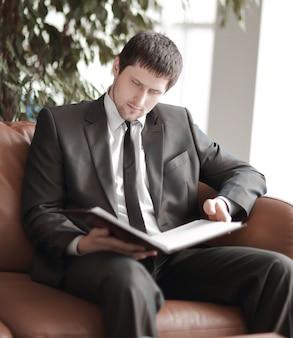 Detailopname. moderne zakenman op achtergrond van kantoor