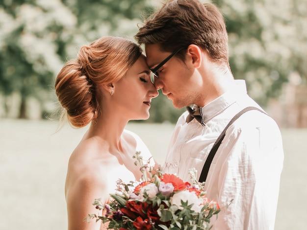 Detailopname. portret van bruid en bruidegom kijken elkaar aan