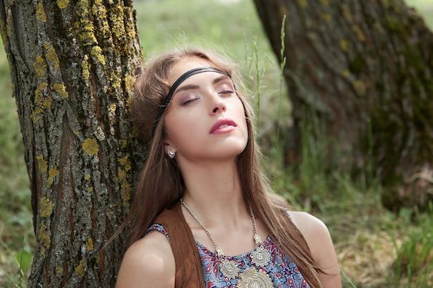 Detailopname. portret van een dromend hippiemeisje. het concept van eenheid met de natuur
