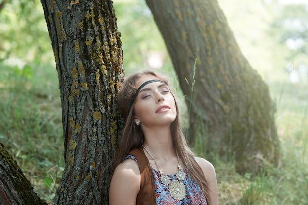 Detailopname. portret van een dromend hippiemeisje