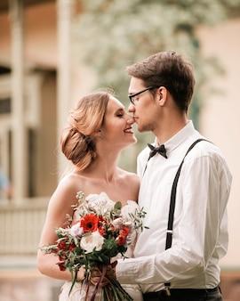 Detailopname. portret van gelukkige bruid en bruidegom. foto met kopie ruimte