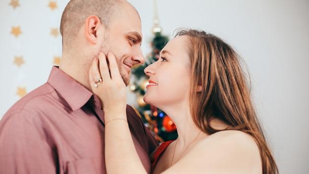 Detailopname. portret van gelukkige ouders op de achtergrond van de kerstmiswoonkamer