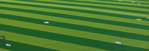Detailopname. reparatie van een voetbalveld, groen gras voor sportcompetities, voetbalwedstrijden. achtergrond of behang.