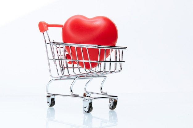 Detailopname. rood hart in het winkelwagentje. foto met een kopie-ruimte.