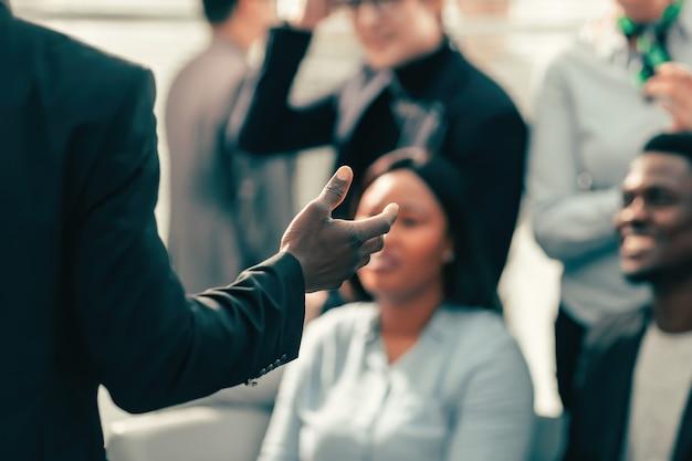 Detailopname. spreker stelt vragen aan de deelnemers van het bedrijfsseminarie