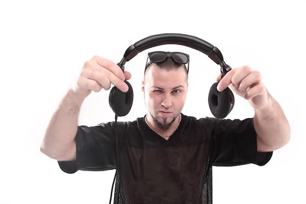 Detailopname. stijlvolle rapper toont koptelefoon. geïsoleerd op een witte achtergrond