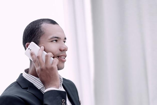 Detailopname. succesvolle zakenman praten over zijn mobiele telefoon.