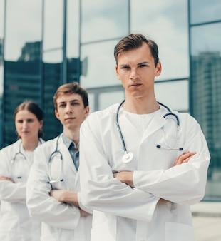 Detailopname. team van artsen die zich op een stadsstraat bevinden. foto met een kopie-ruimte.