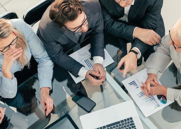 Detailopname. team van professionals die aan een bureau zitten.