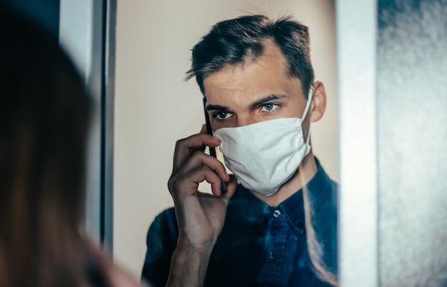 Detailopname. triest jong stel met beschermende maskers die naar elkaar kijken. foto met een kopie-spatie