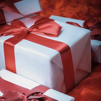 Detailopname. twee elegante geschenkdozen. geïsoleerd op rode achtergrond
