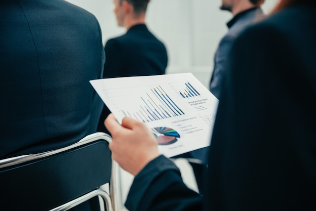 Detailopname. werknemer met financiële grafieken tijdens een kantoorvergadering. bedrijfsconcept.