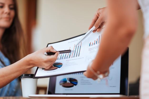 Detailopname. zakelijke collega's die financiële gegevens bespreken. bedrijfsconcept.