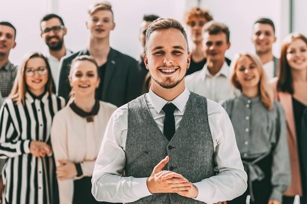 Detailopname. zakenman die voor een groep diverse jonge mensen staat