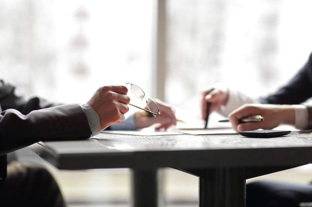 Detailopname. zakenmensen bespreken financiële informatie .photo met kopieerruimte