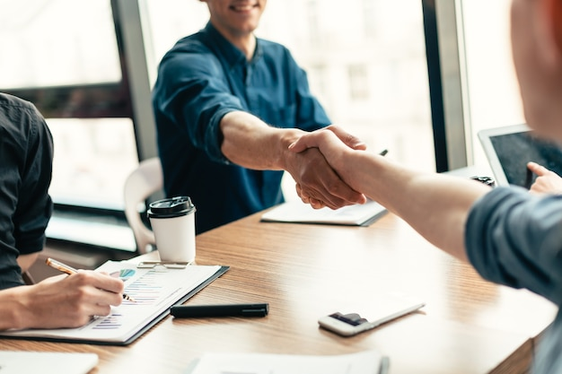 Detailopname. zakenpartners die de transactie bevestigen met een handdruk