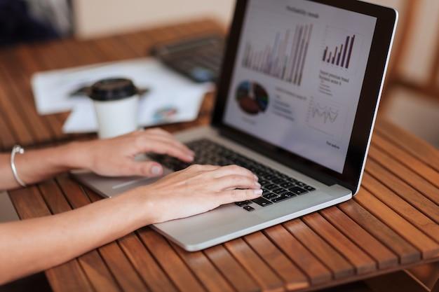 Detailopname. zakenvrouw die een laptop gebruikt om met financiële gegevens te werken. bedrijfsconcept.