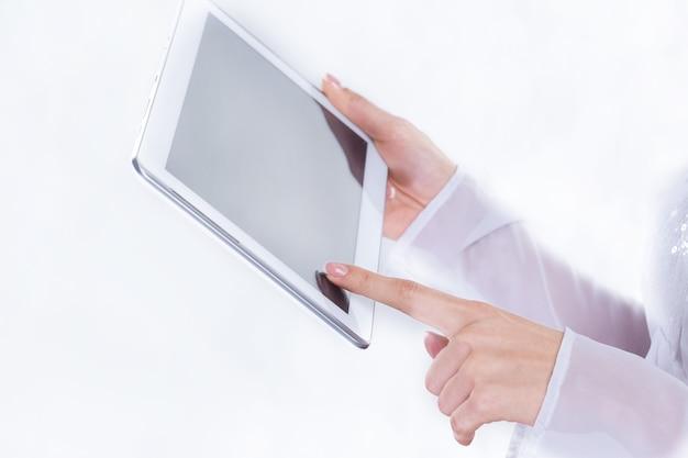 Detailopname. zakenvrouw maakt gebruik van digitale tablet. foto met kopieerruimte