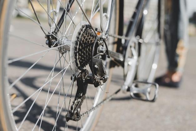 Detailoverzicht van de fiets van achterwiel met ketting en tandwiel