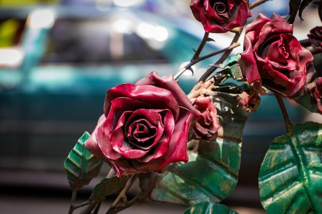 Details, structuur en ornamenten van gesmeed ijzeren hek. decoratief ornament met rozen, gemaakt van metaal.