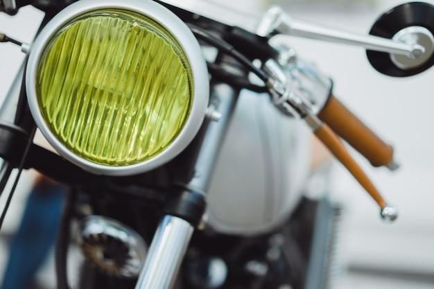 Details van aangepaste motorfiets, koplamp, benzinetank, wiel, metaal.