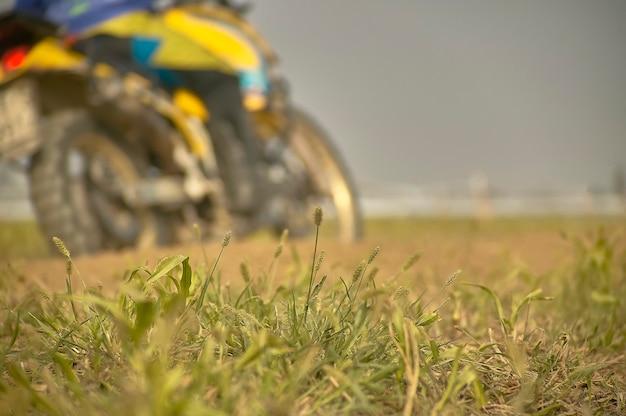 Details van de basis aan boord van een enduro- of motorcrossbaan, met een wazig kruiswoordraadsel