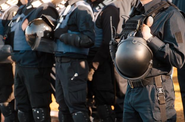 Details van de beveiligingsset van een politieagent.
