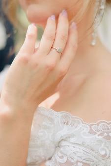 Details van de bruid in de trouwjurk