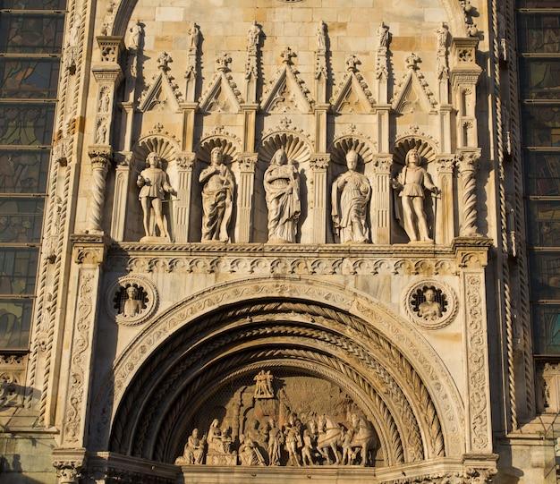 Details van de buitenkant decoratie van de kathedraal van como de rooms-katholieke kathedraal van de stad como, lombardije