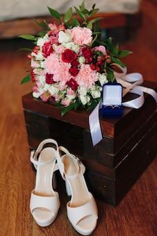 Details van de kleding van de bruid sluiten omhoog