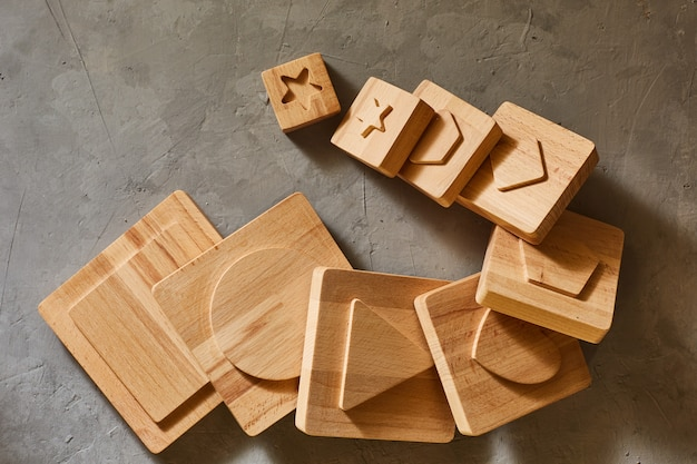 Details van een houten speelgoedpiramide van kinderen. geometrische figuren.