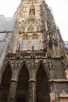Details van het dak en de toren van de stephansdom-st stephanskerk. wenen, oostenrijk.
