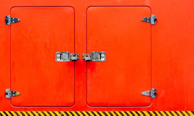 Details van kluisjes bij brandweerwagen.