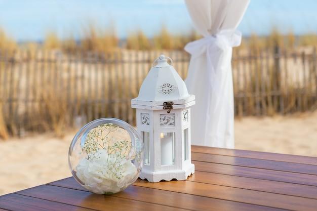 Details van objecten op de huwelijksceremonie. kaarslicht boeket.