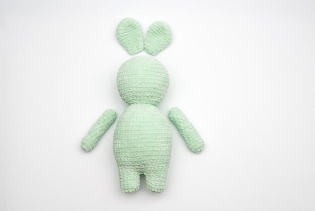 Details van pluche gebreid speelgoedkonijntje