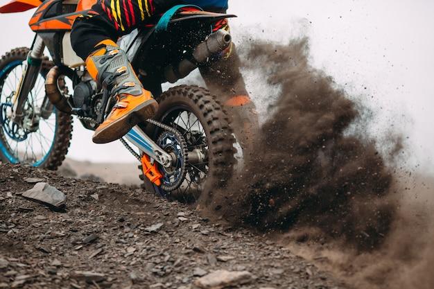 Details van puin in een motorcrossrace.