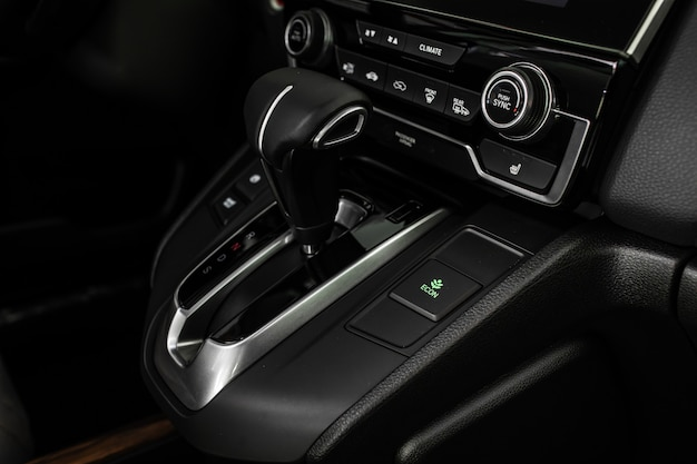 Details van stijlvolle auto-interieur, lederen interieur. automatische transmissie