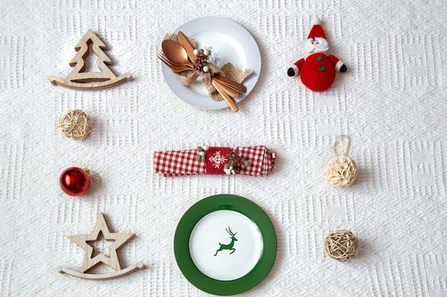 Details voor kerst tabel instelling op witte achtergrond close-up.