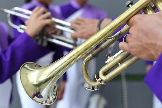Details vormen een show en marchingband, uniformen en instrumenten.