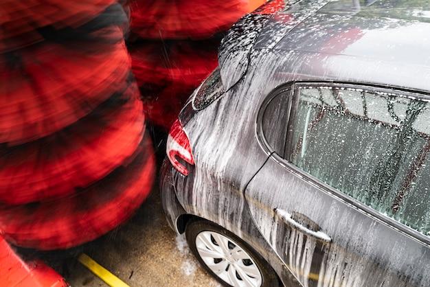 Detailweergave van carwash, carwash schuimwater, automatische carwash in actie