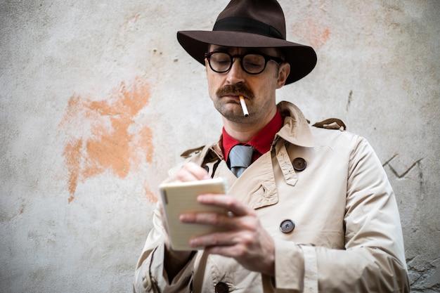 Detective die aantekeningen maakt in een getto