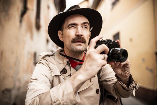 Detective die camera in een stadsstraat met behulp van