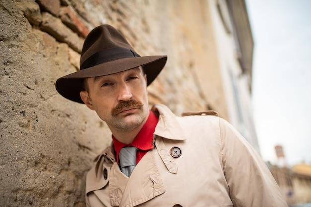 Detective loopt alleen in de sloppenwijken van de stad