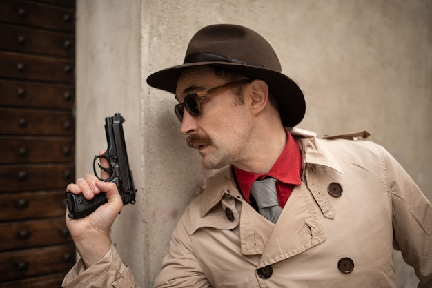 Detective met een pistool in een sliprij