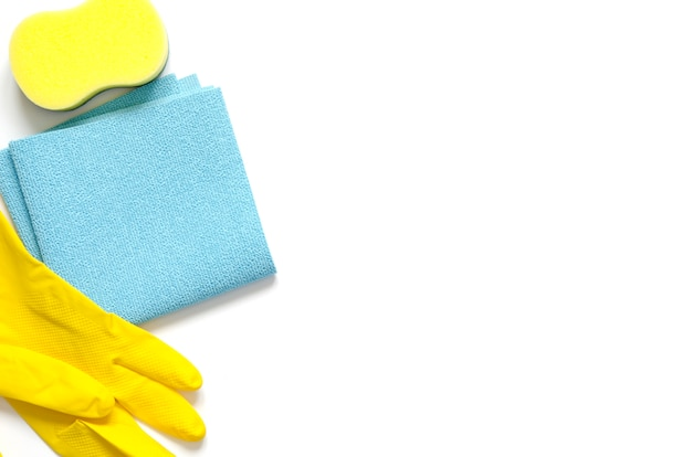Detergentia en reinigingsaccessoires. schoonmaakservice, klein bedrijfsidee, voorjaarsschoonmaakconcept. plat leggen, bovenaanzicht.