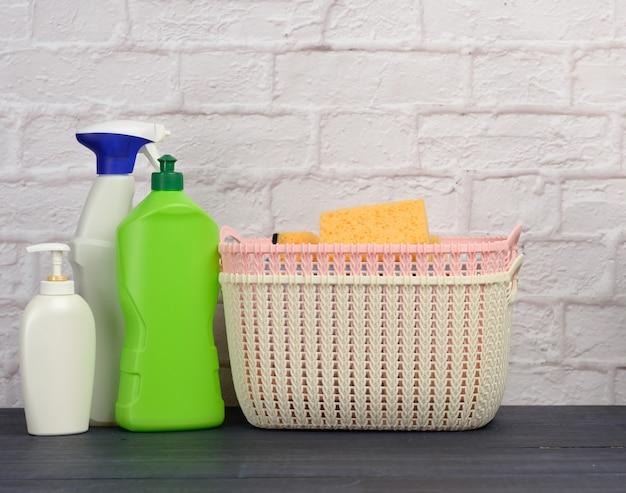 Detergentia in plastic flessen en manden op witte bakstenen muuroppervlak