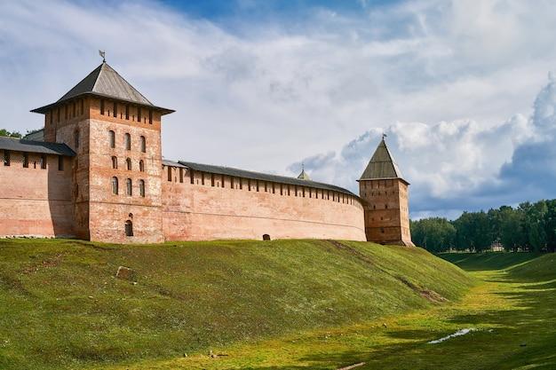 Detinets of novgorod kremlin rode bakstenen vestingmuren. torens van het fort in het kremlin van novgorod