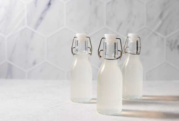 Detox drink limonade in herbruikbare flessen op keukentafel