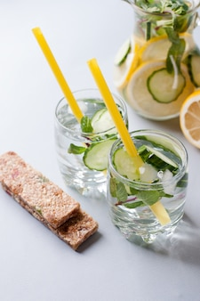 Detox drinkwater en eiwitreep, snack na het sporten, dieetvoeding